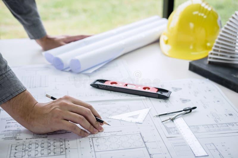Händer för konstruktionsteknik som eller arkitektarbetar på ritningkontroll i arbetsplats, medan kontrollera informationsteckning fotografering för bildbyråer