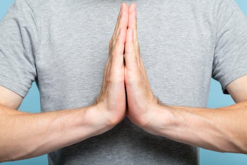 Händer för man för Namaste mudrayoga som hälsar gest royaltyfria foton