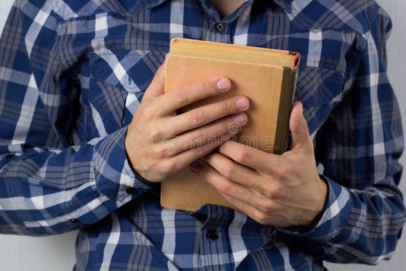 Händer för man` s med boken royaltyfri bild
