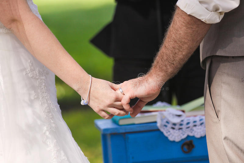 Händer för nygift personparinnehav arkivbilder