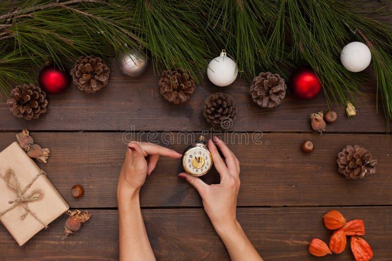 Händer för nytt år för jul som kvinnliga rymmer julleksakergåvor arkivbilder