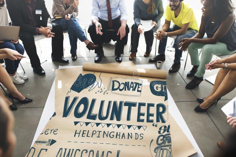 Händer för volontärvälgörenhetportion ger begrepp royaltyfri fotografi