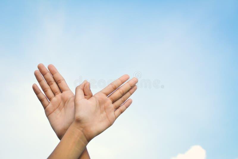 Händer formade fågelflyg på himmelbakgrund arkivfoton
