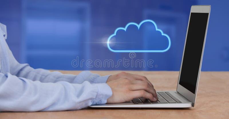 Händer genom att använda bärbar dator- och molnsymbolen arkivfoton