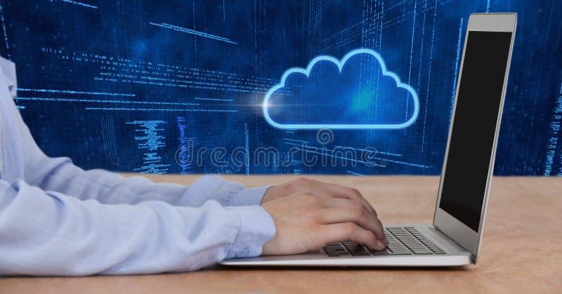 Händer genom att använda bärbar dator- och molnsymbolen med teknologibakgrund royaltyfri fotografi