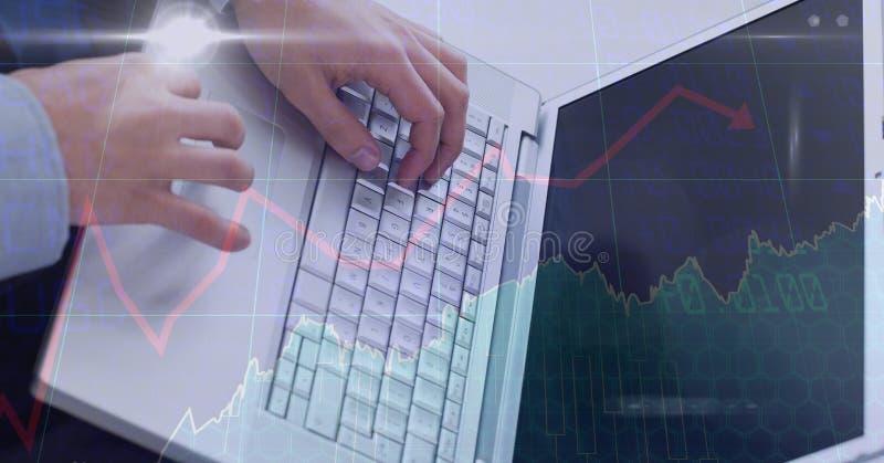 Händer genom att använda bärbara datorn med samkopieringen royaltyfri bild