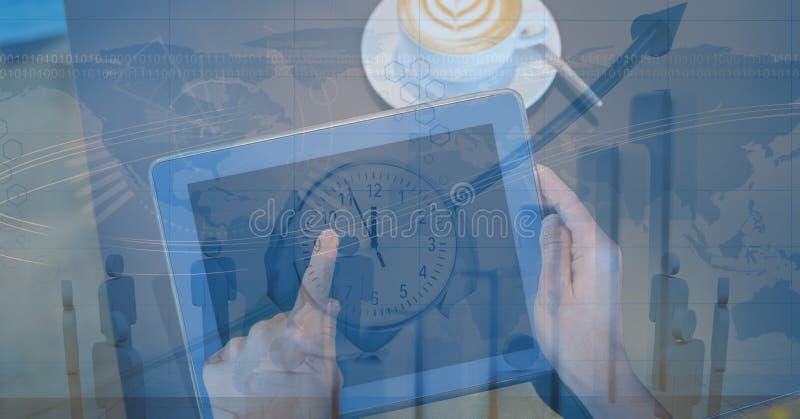 Händer genom att använda den digitala minnestavlan med samkopieringen royaltyfri illustrationer