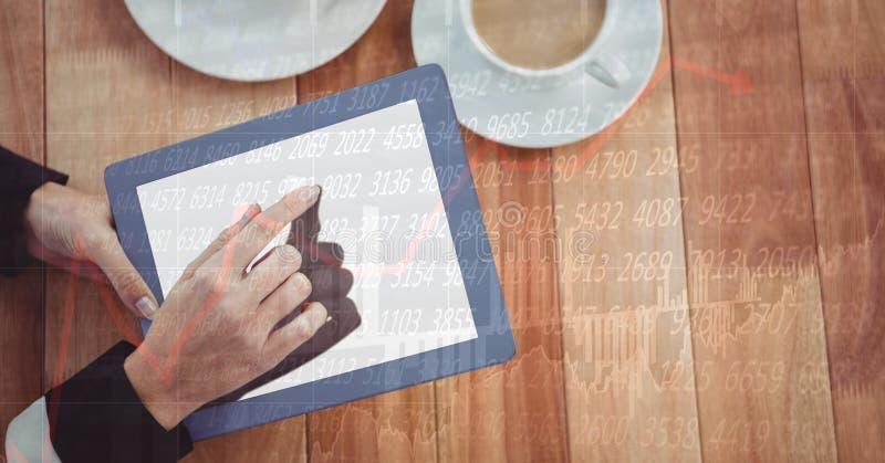 Händer genom att använda den digitala minnestavlan på tabellen royaltyfri foto