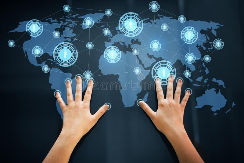 Händer genom att använda den växelverkande panelen med nätverkssymboler royaltyfri bild