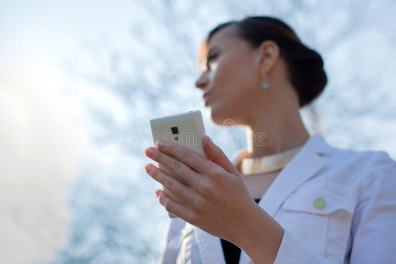 Händer genom att använda smartphonen royaltyfri fotografi