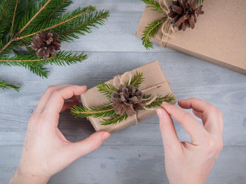Händer ger slågen in julferiegåva royaltyfri fotografi