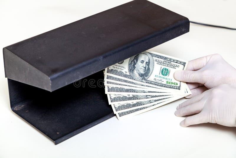 Händer i handskar rymmer fanen av den främsta avkännaren för dollar fotografering för bildbyråer
