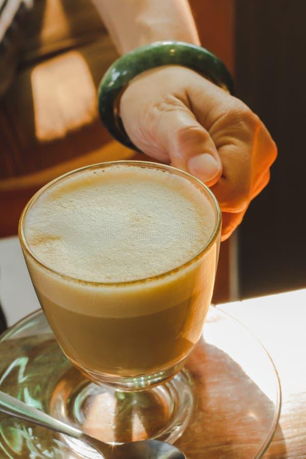 Händer i kaffekoppar dricker royaltyfri bild