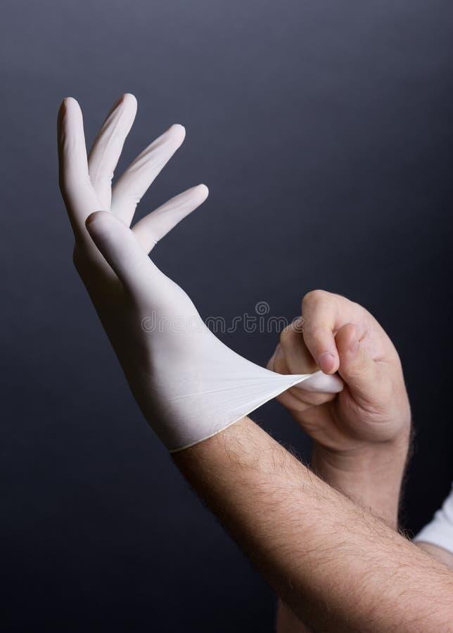 Download Händer i latexhandske arkivfoto. Bild av handske, gummi - 37346182