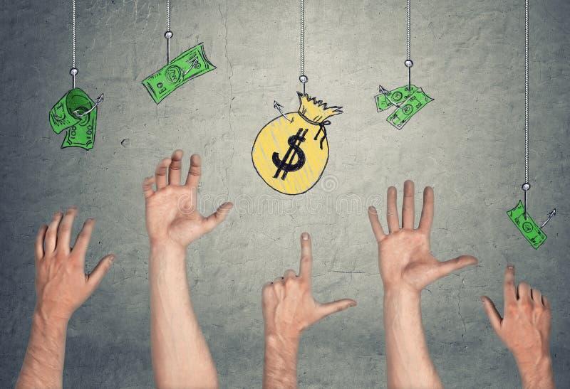 Händer i lufttryong som når sedlar och pengar, hänger löst och att hänga på krokar royaltyfria bilder