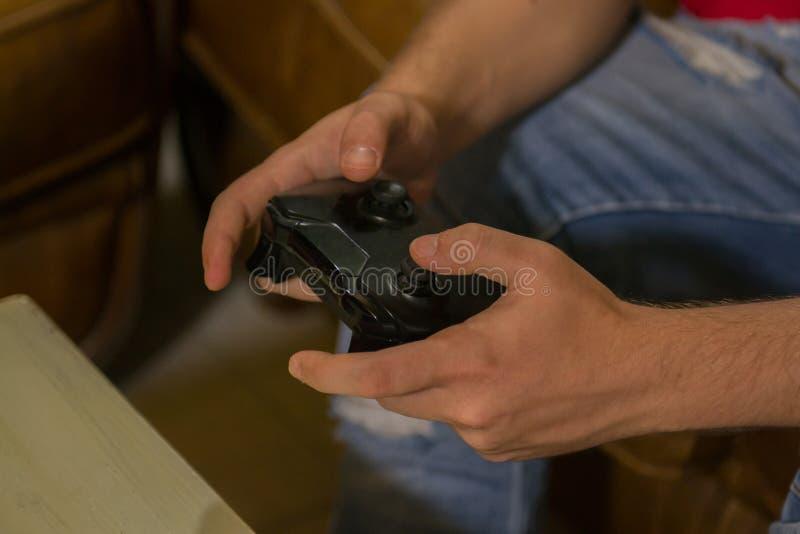 Händer kontrollerar en styrspak för en lek arkivbild