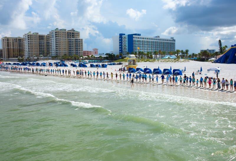 Händer längs vattnet i Clearwater sätter på land Florida för att protestera tox royaltyfri fotografi