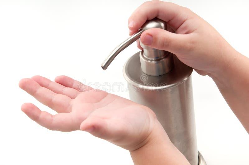 händer lurar den hällande sanitizeren arkivbilder