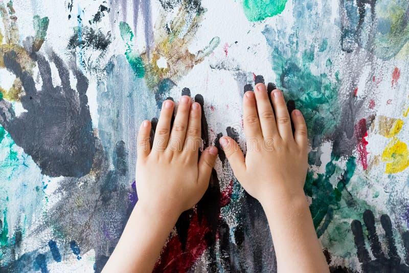 Händer målade väggen med fingeravtryck royaltyfri fotografi