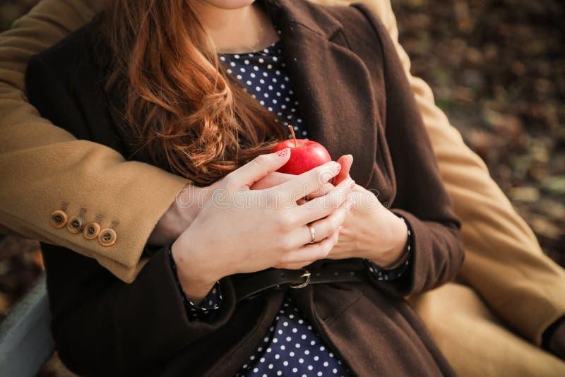 Händer med äpplet royaltyfri foto