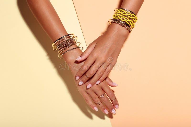Händer med armband och cirklar royaltyfria foton