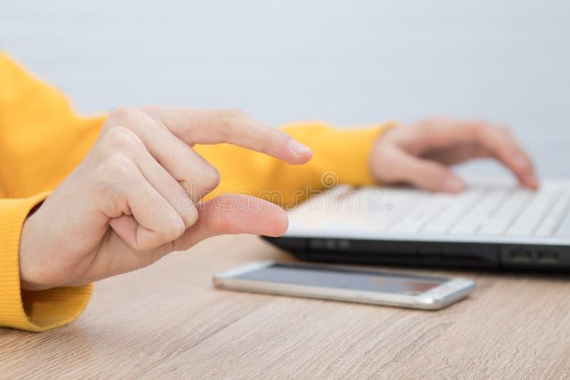 Händer med bärbara datorn och fingrar med utrymme för text fotografering för bildbyråer