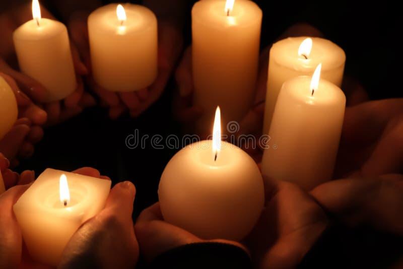 Händer med bränningstearinljus, royaltyfria foton