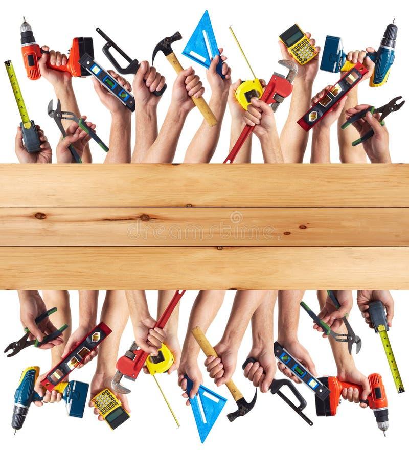 Händer med DIY-hjälpmedel. royaltyfri bild
