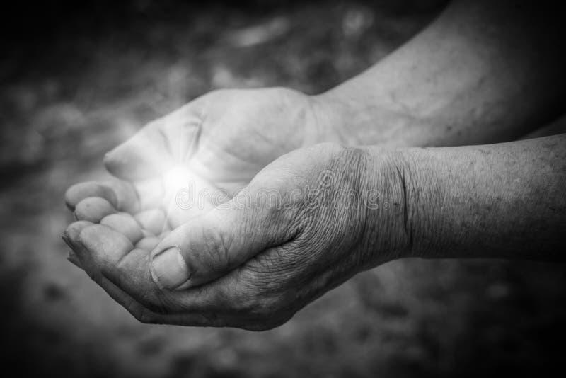 Händer med ljus arkivfoto