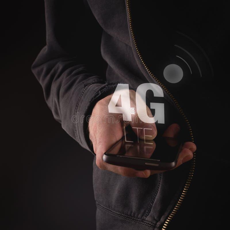 Händer med mobiltelefonen i nätverk för 4G LTE royaltyfri fotografi