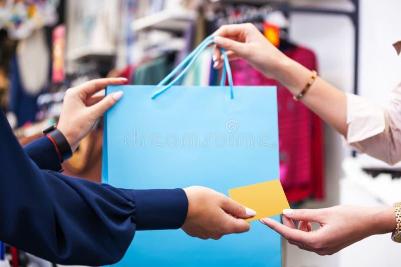 Händer med nära övre för för shoppingpåse och kreditkort fotografering för bildbyråer