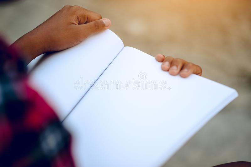 Händer och böcker som läser studien för kunskap barnen, är har arkivfoto