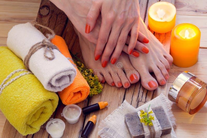 Händer och fot brunnsortbehandling royaltyfria foton