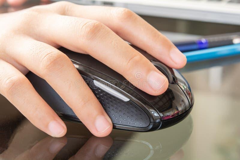 Händer och mus- och anteckningsbokdator arkivbilder