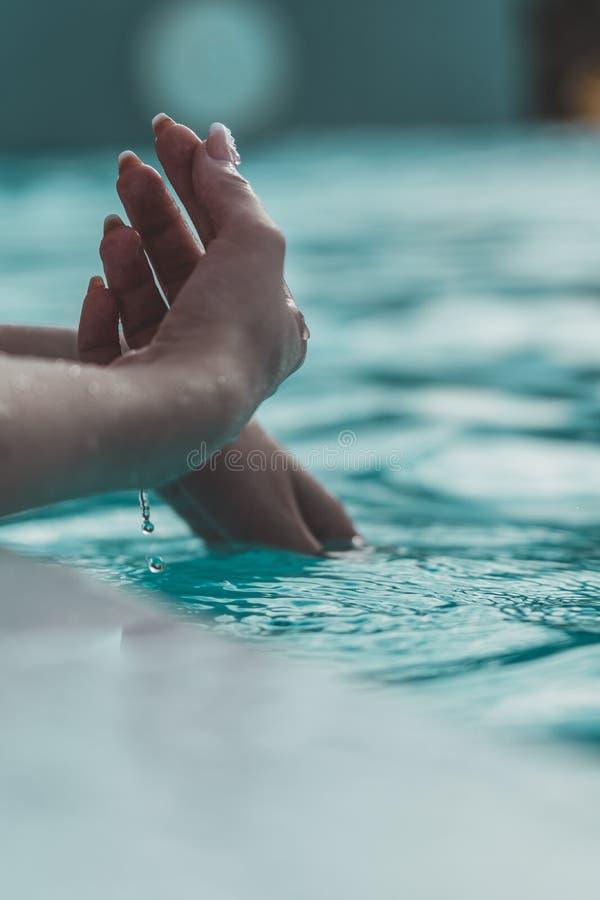 Händer och vatten arkivfoton