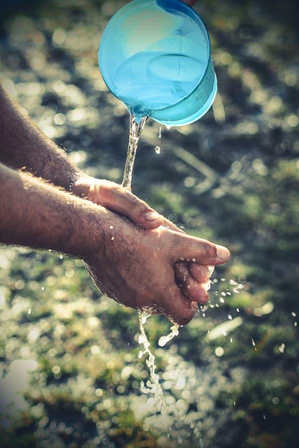 Händer och vatten royaltyfri bild