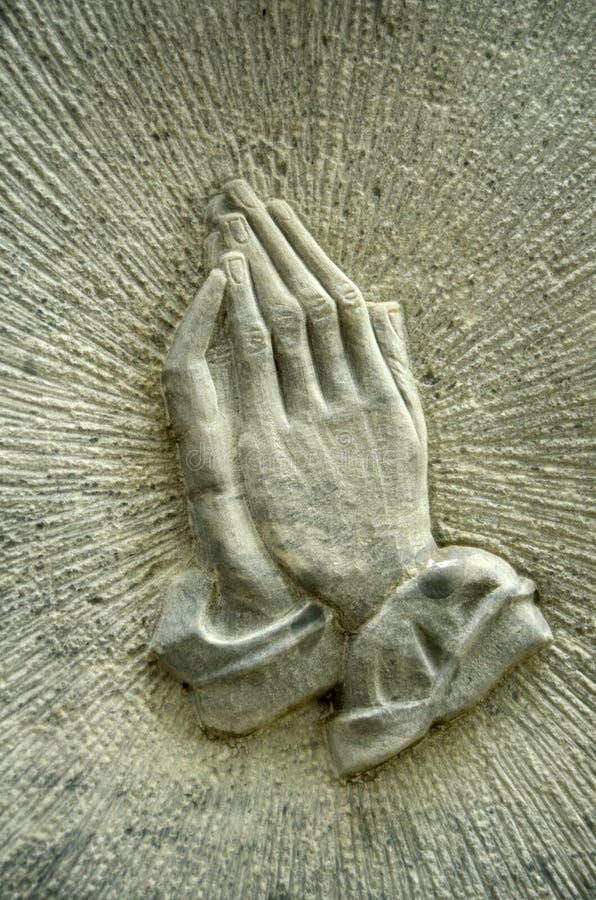 Händer på en Gravestone royaltyfri bild