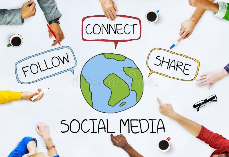Händer på tabellen med sociala massmediabegrepp arkivfoton