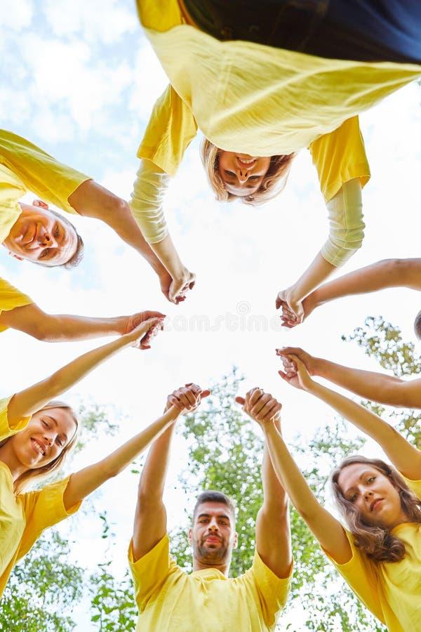 Händer rymmer på en teambuilding händelse royaltyfri fotografi