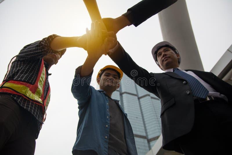 Händer satte tillsammans för att visa enhet och samarbete fotografering för bildbyråer
