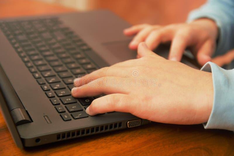 Händer som arbetar på anslutning för kommunikationer för utrustning för dator för internet för dator för bärbar datorteknologi en fotografering för bildbyråer