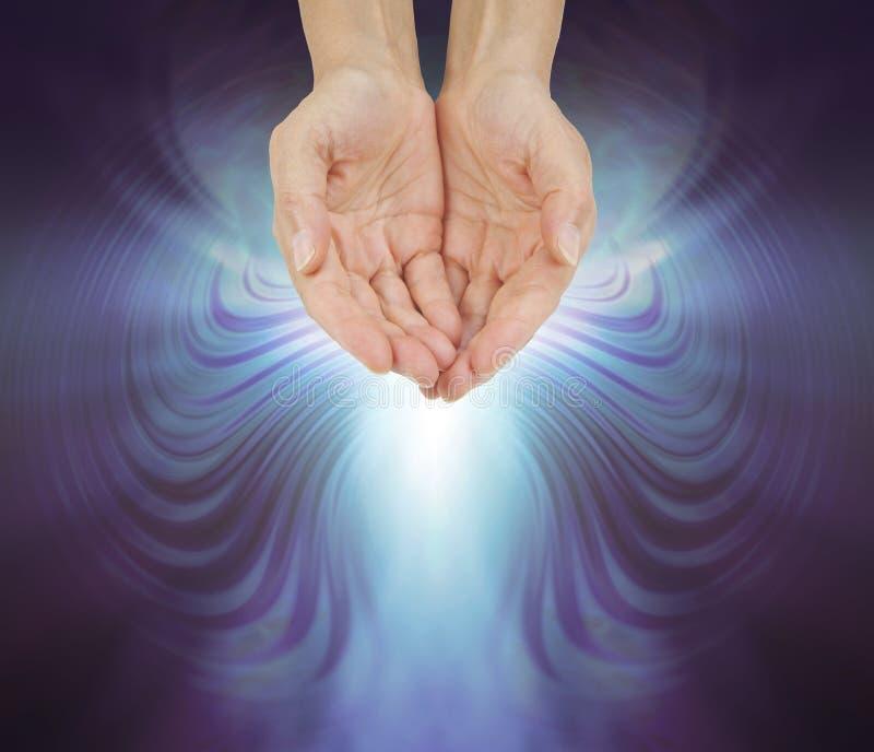 Händer som badas i en genljuda kvant som läker energifältet royaltyfri illustrationer