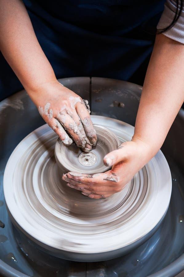 Händer som gör krukmakerikonst, leraarbete royaltyfria bilder