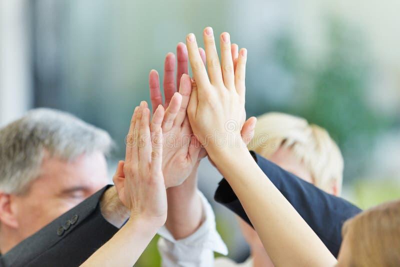 Händer som ger höjdpunkt fem royaltyfri bild