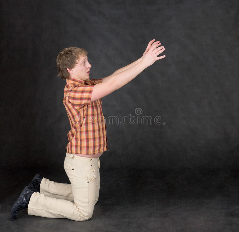 händer som knäfaller mannen något, sträcker till arkivfoton