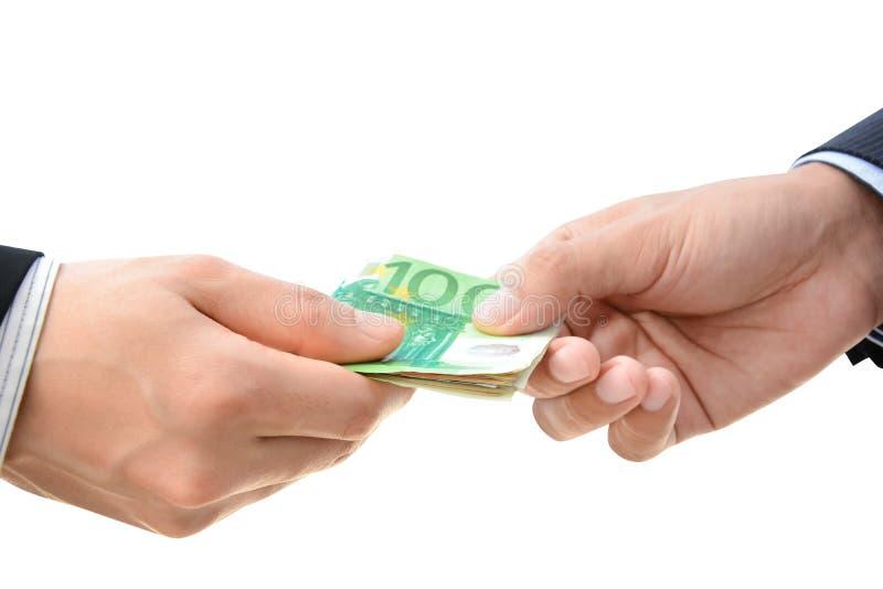 Händer som passerar pengar - räkningar för euro (EUR) royaltyfria foton