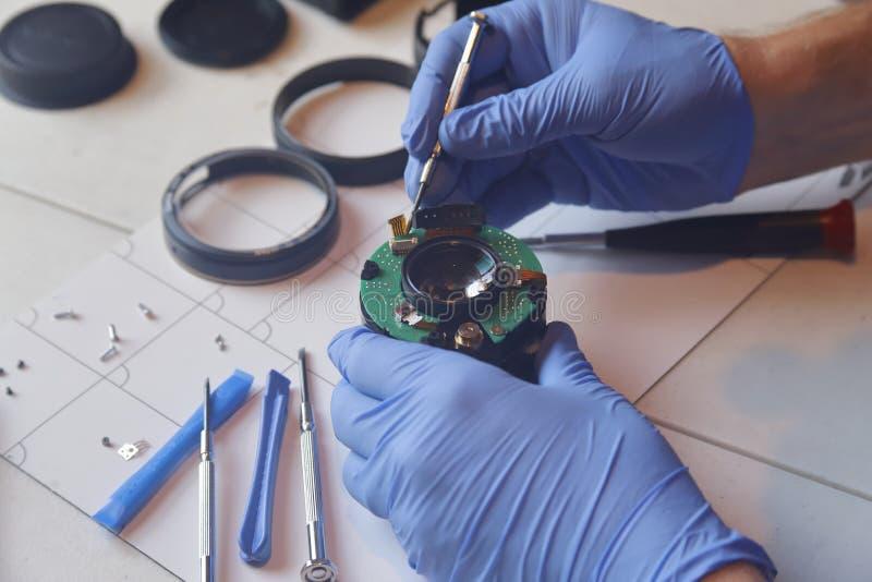 Händer som reparerar precisionelektronik arkivfoton
