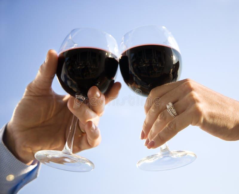 händer som rostar wine royaltyfria foton