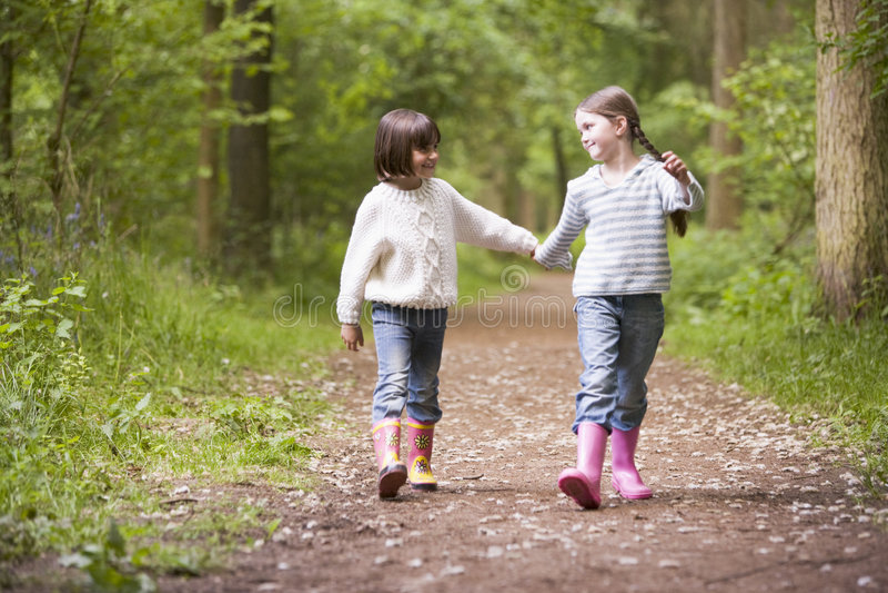 händer som rymmer banasystrar som ler två som går fotografering för bildbyråer