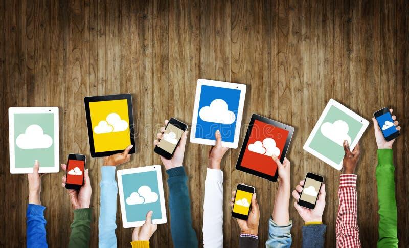 Händer som rymmer Digital apparater med molnsymboler stock illustrationer